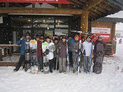 雪の中、多くの学生が集まりました