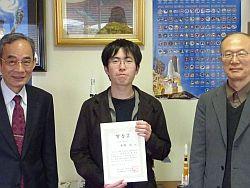 学長室で河村先生(左)に報告