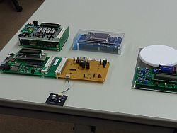 競技で作成した電子機器 【第1日目課題:設計・製作】左上:MP3プレーヤー、左下:DCモーター制御回路、中上:無線制御グラフィックターミナル 【第2日目課題:修理】右:電子はかり