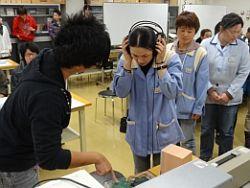 大学の最新研究は,ヤングリサーチャー賞 (https://www.sus.ac.jp/info/topics/2012/11/post-136.html)を受賞した寺島大雅君(上田西出身)が研究内容の説明およびデモを実施