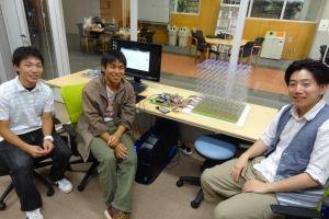 展示された LED Cube (左から大森君,武田君,名取君)