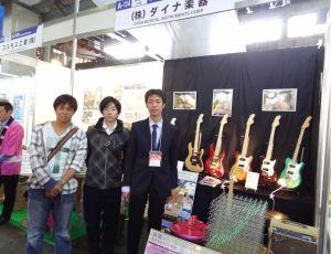 研究室を代表して、4年生武田駿君(飯田工業出身)と3年生名取完君(東海甲府出身)が株式会社ダイナ楽器の展示に協力しました。