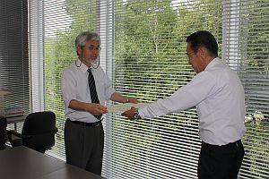 感謝状を受け取る須川教授