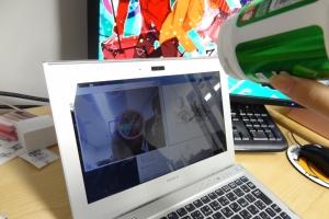 ノートPCの左画面は丸い物体を認識,右画面は,その物体の動きをプロットしています