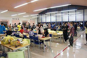 後夜祭の「ビンゴ大会」は雨のため学食で行いました