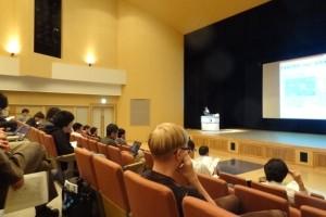 質問者から学部での受賞に対して賞賛の言葉を もらうとともに大きな拍手で講演を終えました