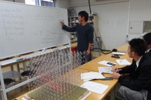 4年生の武田駿君(飯田工業高校出身)が、3D LEDCubeが音の振動数(周波数)によって