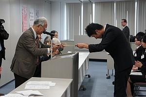 「ボランティ」を代表して好村君(経営情報学科4年)が賞状を授与しました