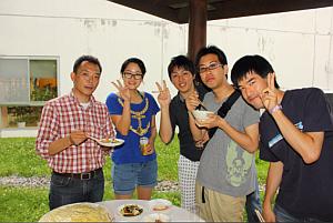 渡邊(左)と荒川研&渡邊研の学生