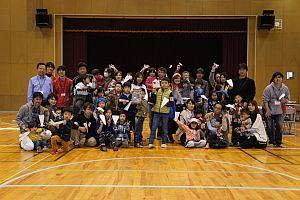 紙飛行機大会参加者の記念撮影